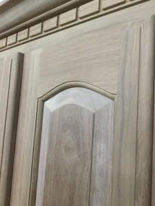 扉の鏡板も当然無垢材
