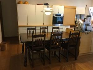 横浜クラシック家具のダイニングテーブル&チェアーの塗りなおし品のお届け