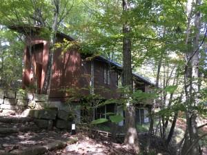 ガレージハウス専門建築家の建てた軽井沢の別荘に無垢材家具のお届けです