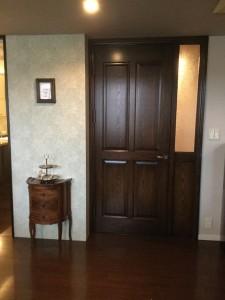アンティークな風合いのリビングドアと腰パネルによるウィリアムモリスの共演