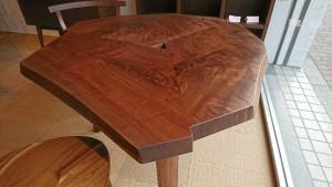 一枚板のコンパクトウォルナットテーブル