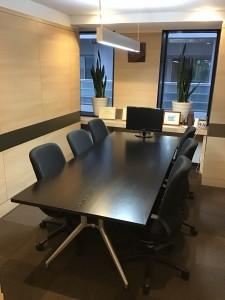 中央区銀座にて会議室用テーブルの天板交換を行いました!